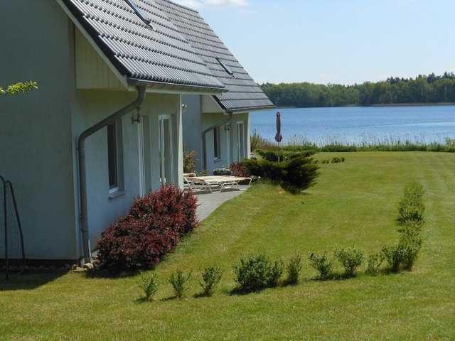 2 Ferienhäuser mit Balkon und Kamin - direkt am See - Ref ...