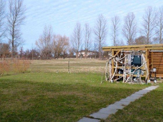 Blick hinter das Haus auf Ackerflächen.