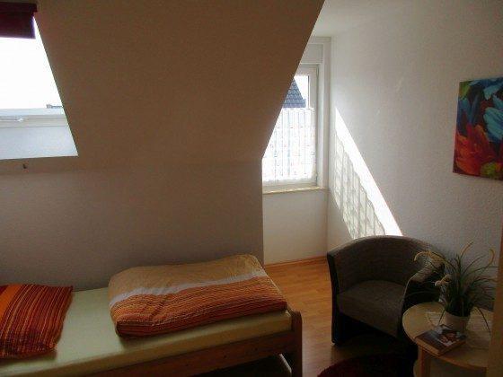 Sitzgruppe im Schlaufraum mit Einzelbetten.