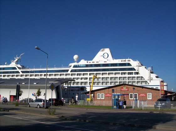 Ein Kreuzfahrtschiff hat in Warnemünde angelegt.