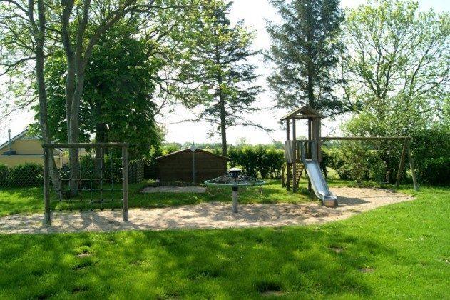 Spielplatz im schattigen Grün der Ferienanlage Godewind
