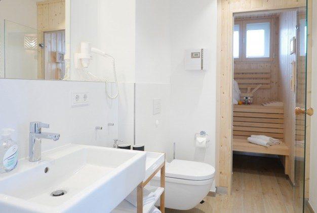 """Bad mit Dusche und Sauna  Rügen Baabe Ferienwohnung 22 """"Strandmusik"""" Ref. 215427 im Villen-Ensemble"""