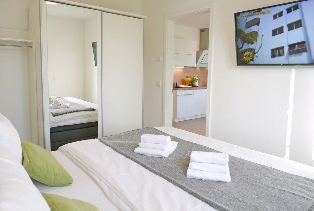 """Schlafzimmer mit Fernseher  Rügen Baabe Ferienwohnung 22 """"Strandmusik"""" Ref. 215427 im Villen-Ensemble"""
