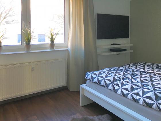 """Apartment """"KlarSchiff"""" Ref. 177870 - Schlafzimmer mit Doppelbett und TV"""