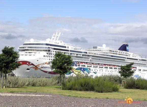 Sicht auf Kreuzfahrtschiff in Warnemünde