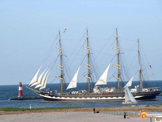 Schiff auf dem Alten Strom in Warnemünde