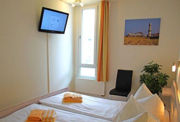 Warnemünde - Residenz im Kurpark - Ferienwohnung Haska - Doppelschlafzimmer mit Fernseher - Ref. 66225  - 1