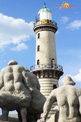 Leuchtturm mit Statuen