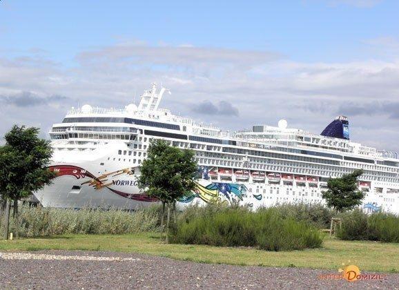 Passagierschiff vom Haus aus gesehen