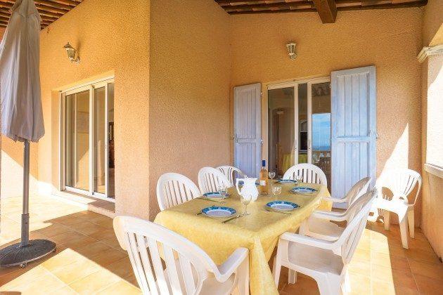 Überdachte Terrasse vor der Küche
