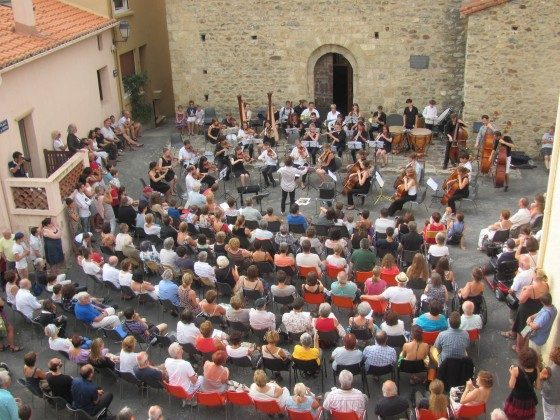Konzert im Sommer auf dem Kirchplatz vor dem Haus
