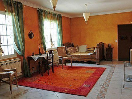 2. Wohnzimmer mit altem Bett u. Sat-TV