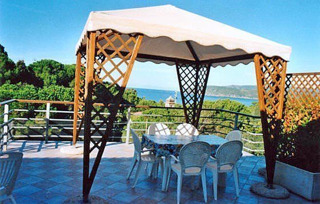 Terrasse mit Pavillon und Essplatz