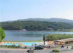 Blick vom Stammhaus auf Pool und Meer