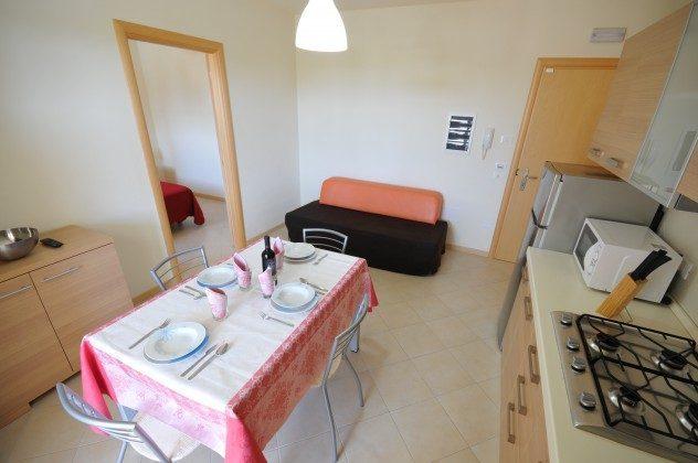 Wohnzimmer mit Kochecke und Sofabett