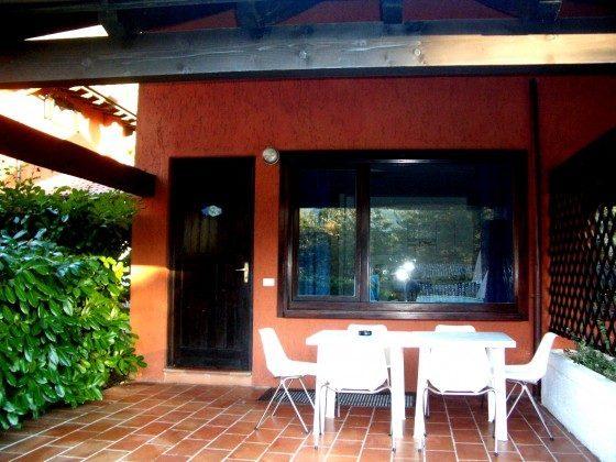 Blick auf Terrasse und Eingang zum Ferienhaus