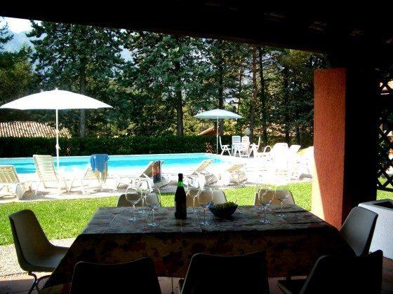 Blick von der Terrasse des Ferienhauses zum Pool