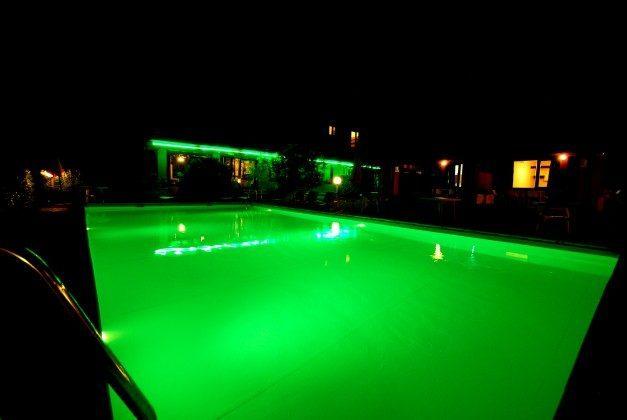 Beleuchteter Pool bei Nacht