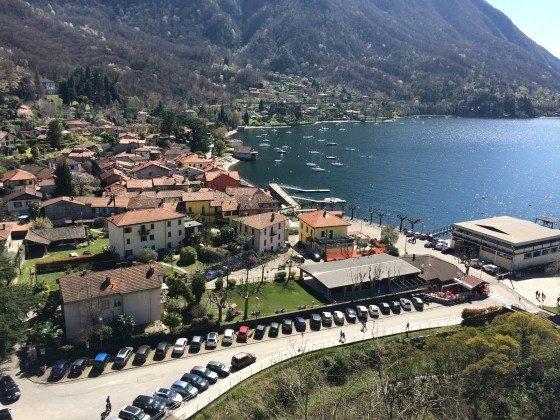 Blick von Rocca di Calde auf Bucht und Haus