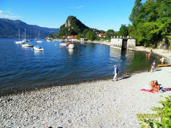 Strand mit Blick auf die Rocca von Calde
