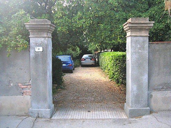 Einfahrt und Parkplatz