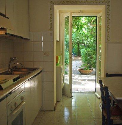 Küche mit Tür zum Garten