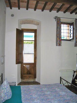 Wohnung 2, Schlafzimmer mit Doppelbett und Duschbad ensuite