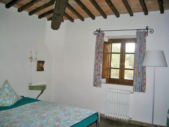 Wohnung 3, grosses Schlafzimmer mit Doppelbett und Duschbad ensuite