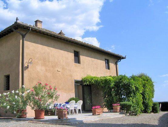 Eingang von Wohnung 1 mit Terrassensitzpatz und gedeckter Pergola