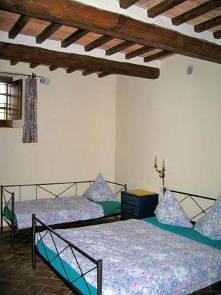 Wohnung 1, eines von 2 Schlafzimmern mit Doppelbett und Einzelbett
