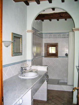 Wohnung 1, ein sehr geräumiges Duschbad mit Waschmaschine