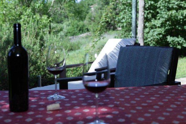 Gutes Glas Wein auf der Lavanda Terrasse genießen