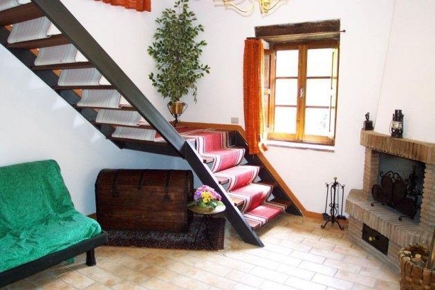 Wohnzimmer mit Aufgang zum 1. Stock
