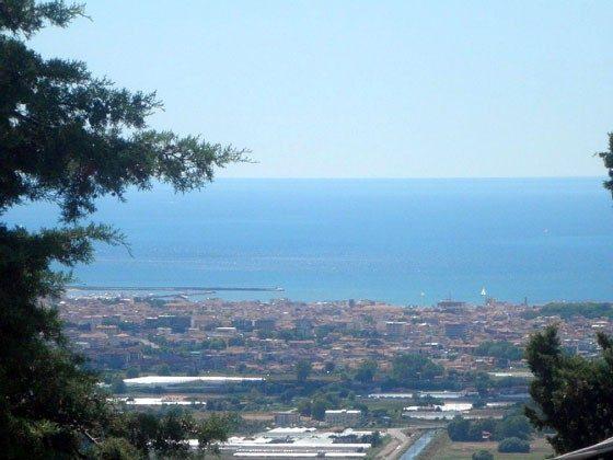 von der Terrasse mit Zoom sieht man die Stadt von Viareggio (ca. 8 km entf.)