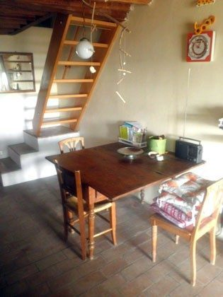 Wohnküche Esstisch und Treppe ins Schlafzimmer
