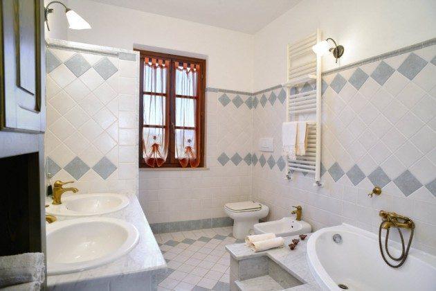 Viel Platz! Badewanne und Dusche. Ein Bad vom feinsten.