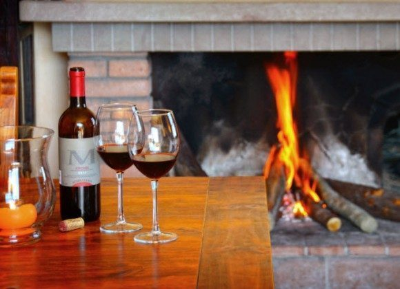 Ein Glas Rotwein am Kamin...