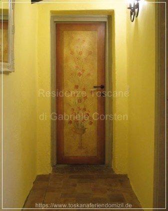 Von der Künstlerin Simona Bonelli meisterhaft handbemalte Schlafzimmertüren mit toskanischen Blumenmotiven.