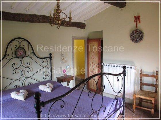 Das sog. Rosenzimmer, 1 von 2 Doppelzimmern, besticht durch sein imposantes antikes Bettgestell mit Rosenmedaillon.