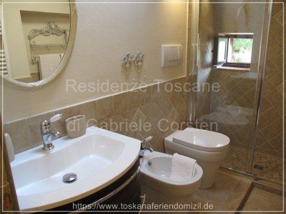 Sehr hochwertig: Dusche mit Glaswänden, WC, Bidet, Waschbecken mit darunter ausziehbaren Schubläden, Marmorelemente.