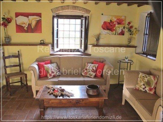 Farbenfrohes Wohn-/TV-Zimmer (SAT-TV) mit einer nach Maß angefertigten Sitzgarnitur (3sitzer und 2sitzer).