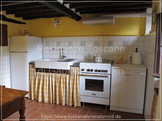 Im toskanischen Landhaus-Stil eingerichtete Küche mit allen notwendigen Küchenutensilien.