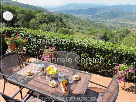 Von der direkt am Ferienhaus angebauten Panoramaterrasse blicken Sie bis zu den Pisaner Bergen.