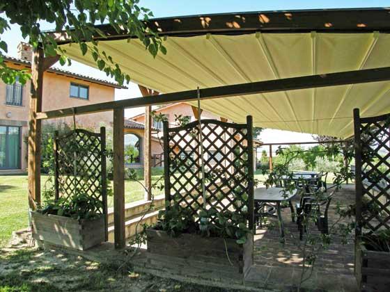 Ferienwohnungen-2223-1-Aussenbereich-mit-Sitzecke