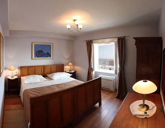 Schlafzimmer 1 von 3 im Erdgeschoss