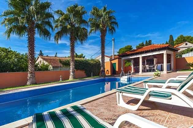 Pool und Sommerküche