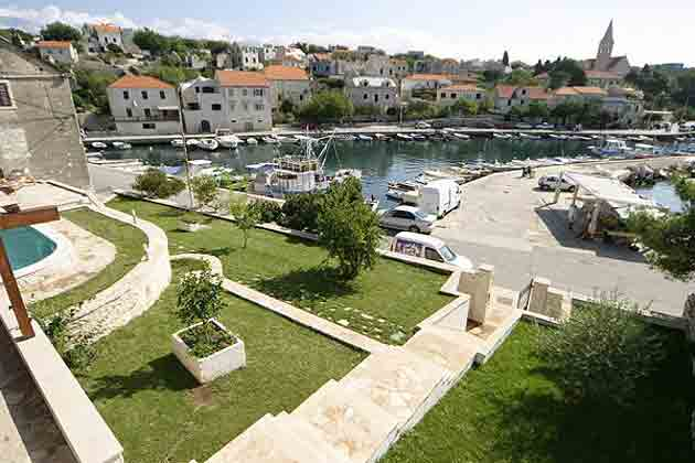 Terrassengrundstück mit Treppe zum Hafen