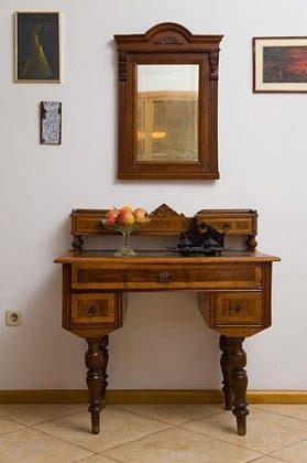 antiker Sekretär im Wohnraum