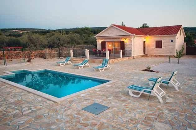 Villa und Poolterrasse