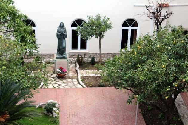 Innenhof des Klosters - Ref, 2001-75 Bild 1